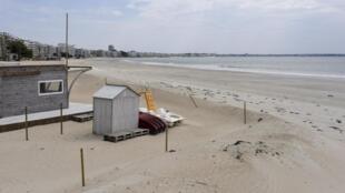 La plage déserte de La Baule, avant le déconfinement, dans l'Ouest de la France.
