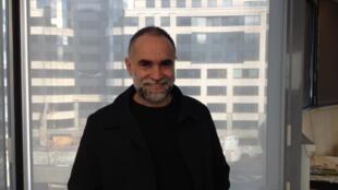 O cineasta Karim Aïnouz, na sede da Rádio França Internacional.