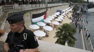 En un acto de protesta, la bandera palestina fue colgada en los bordes del Sena donde este 13 de agosto la ciudad israelí de Tel Aviv es invitada de honor.