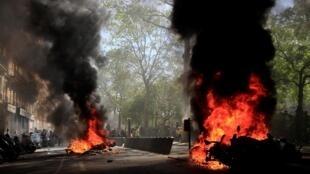 Carros foram queimados na avenida Richard-Lenoir, em Paris, em plena tarde deste sábado (20).