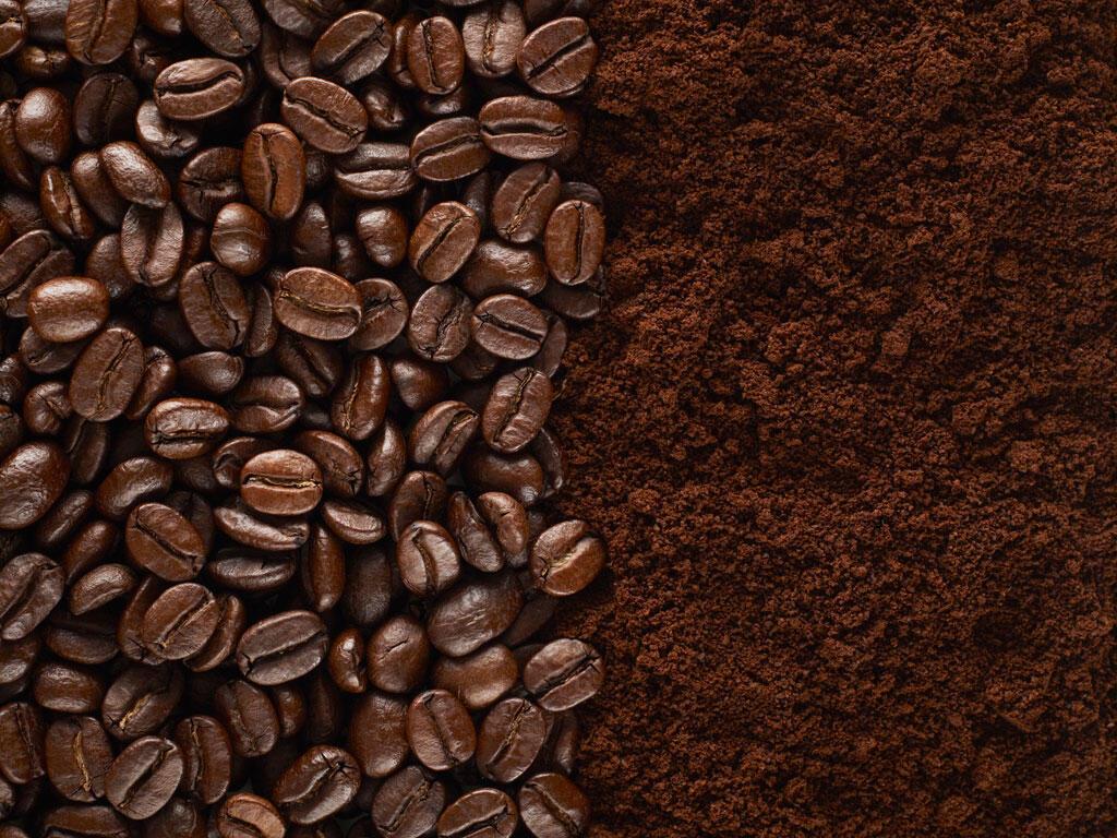Grain de café et café moulu.