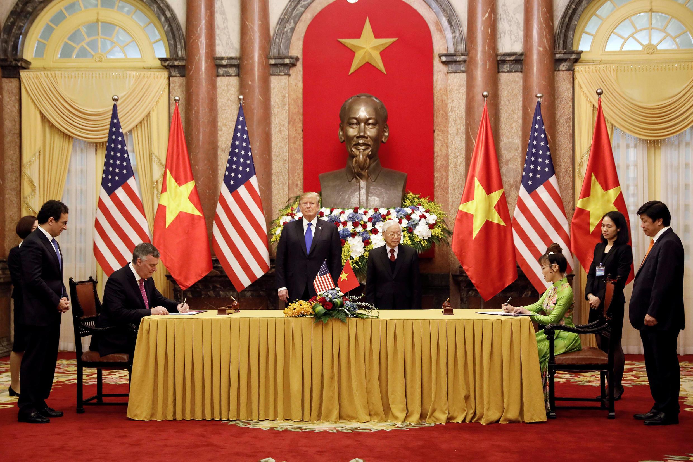 ប្រធានាធិបតីអាមេរិក និងសមភាគីវៀតណាម Nguyen Phu Trong ក្នុងពិធីចុះហត្ថលេខាទិញយន្តហោះ ថ្ងៃទី ២៧ កុម្ភៈ ២០១៩sidential Palace in Hanoi