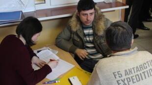 Consultation individuelle d'un réfugié syrien auprès du Comité d'assistance civique, une ONG, à Lossino-Petrovski.