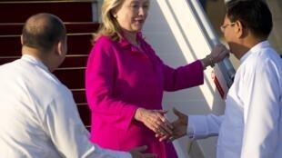 Официальная встреча госсекретаря США Хиллари Клинтон в аэропорту столицы Бирмы 30/11/2011