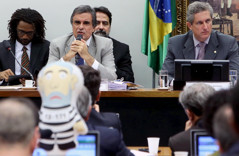 José Eduardo Cardozo énonce les arguments de la défense de Dilma Rousseff devant la commission, le 4 avril à Brasilia, alors qu'un député est venu avec l'un de ces ballons à l'effigie de Lula en tenue de bagnard, brandis dans les manifestations.