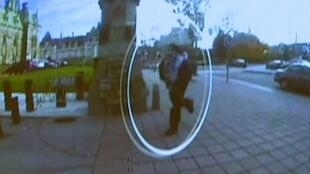 Michael Zehaf-Bibeau filmé par une caméra de surveillance avant de rentrer dans le Parlement à Ottawa, le 22 octobre 2014.