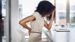 """Souvent considéré comme le """"mal du siècle"""", le mal de dos concerne une forte proportion de la population (plus de 90 %)."""