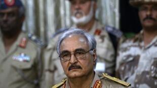 Le général libyen, Khalifa Haftar avec sa garde rapprochée lors du conférence de presse, à Benghazi, le 21 mai 2014.
