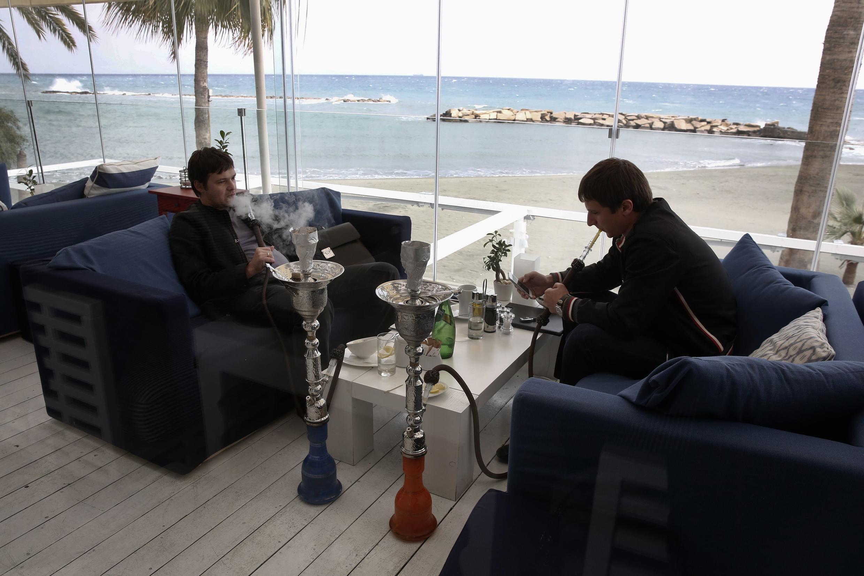 Deux hommes d'affaires russes dans un restaurant à Limassol, le 20 février 2013.