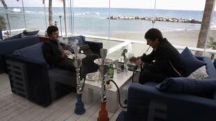 Fumeurs de narguilé, à Chypre.