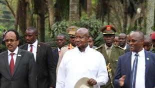 De gauche à droite, Mohamed Abdullahi Mohamed, président de la Somalie, Yoweri Museveni, président de l'Ouanda, et Gaston Sindimwo, premier vice-président du Burundi, lors du sommet des pays contributeurs de l'Amisom, à Kampala, le 2 mars 2018.