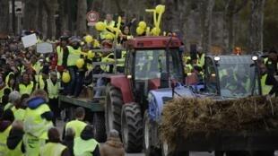 """Movimento dos """"coletes amarelos"""" atinge centros ubanos e zonas rurais na França."""