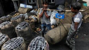 Người lao động ở khu công nghiệp Mumbai, Ấn Độ. Ảnh chụp ngày 31/05/2017.