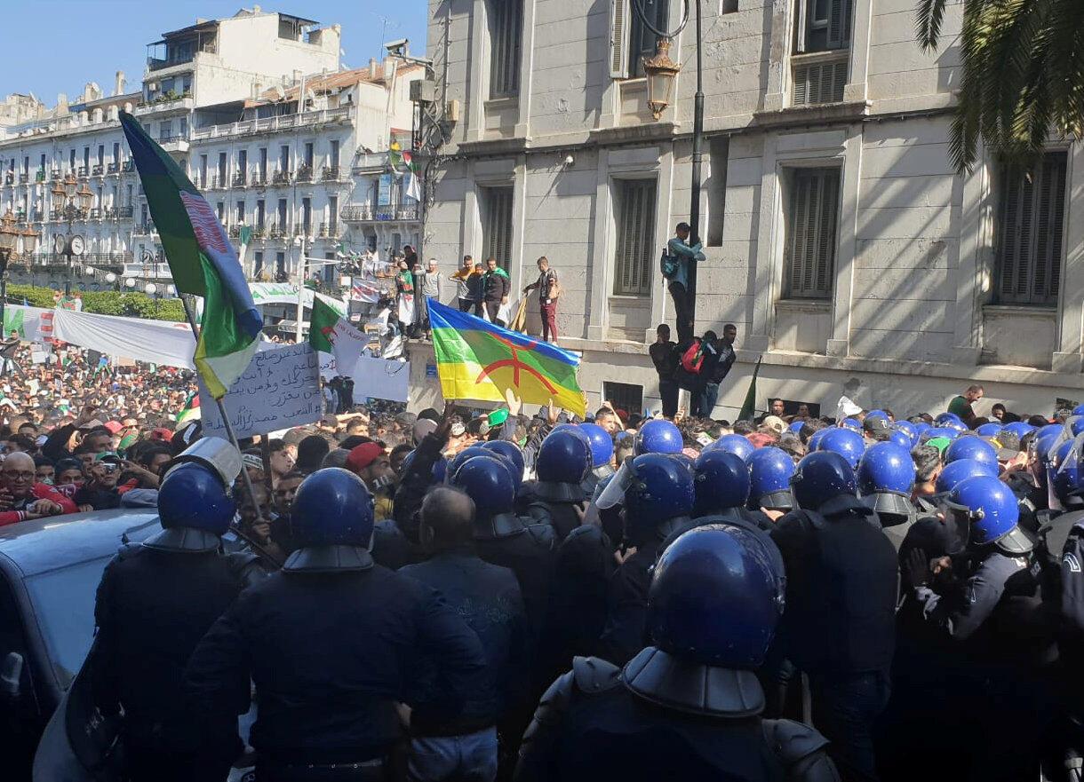 """Quân đội và cảnh sát Algeri được đánh giá là """"rất chuyên nghiệp"""", trong thời gian phong trào phản kháng đòi tổng thống Bouteflika từ chức. Trong ảnh, biểu tình tại Alger ngày 29/03/2019."""