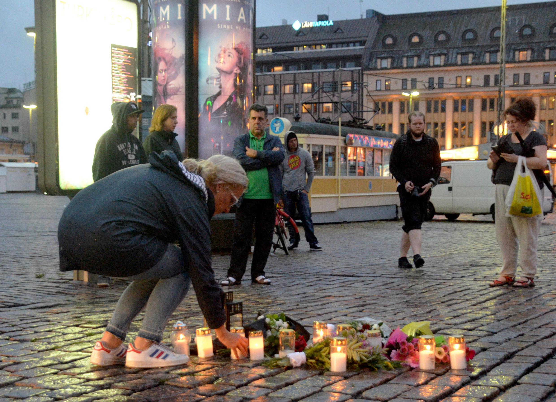 В Турку на месте нападения приносят свечи, 19 августа 2017 г.