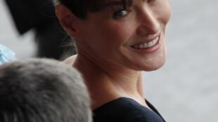 Carla Bruni faz o papel da diretora de um museu parisiense.