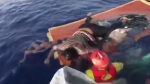 Frame do vídeo dramático do resgate de uma camaronesa de 40 anos na costa da Líbia pelo navio Proactive Open Arms.