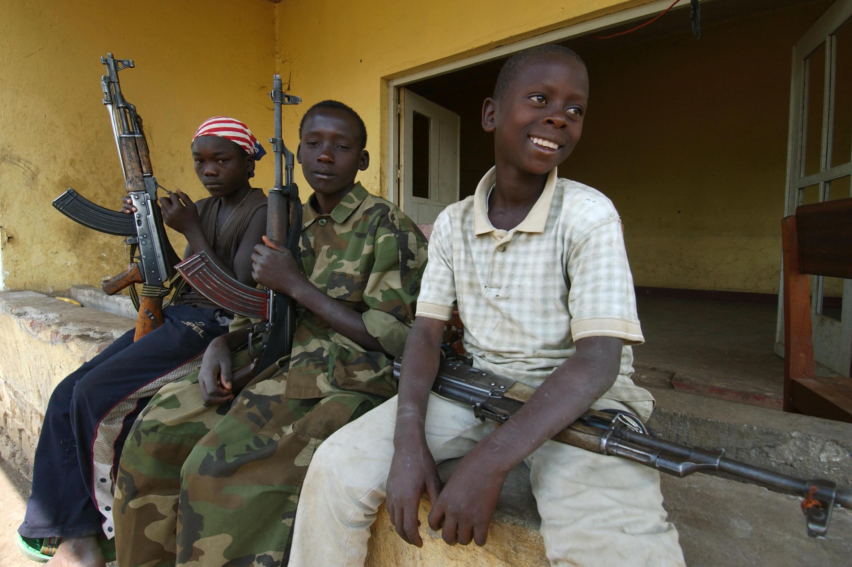 Des enfants soldats affilés à l'UPC, en 2003 à Bunia, dans la province de l'Ituri en RDC.