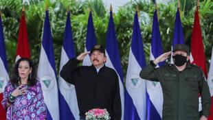 Foto difundida por la Presidencia de Nicaragua que muestra al mandatario Daniel Ortega (C), su esposa y vicepresidenta Rosario Murillo (I) y el Jefe del Ejército Julio César Avilés durante el 41 aniversario del Ejército de Nicaragua, en la Plaza de la Revolución, en Managua, el 2 de septiembre de 2020.