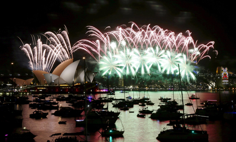 Le feu d'artifice du Nouvel an sur le célèbre opéra de Sydney et le Harbour Bridge, nuit du 31 décembre 2015 au 1er janvier 2016.