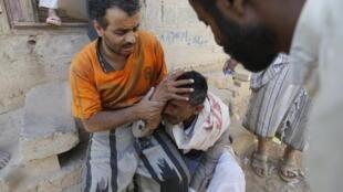 Après des frappes sur un quartier résidentiel à Sanaa, un homme pleure la mort de son frère, jeudi 1er mai 2015.