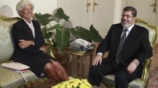 Christine Lagarde, diretora do FMI, e o presidente do Egito, Mohamed Morsi, durante encontro desta quarta-feira no Cairo.