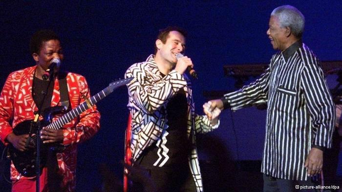 Apparition surprise de Mandela lors d'un concert de Johnny Clegg à Francfort en 1997.