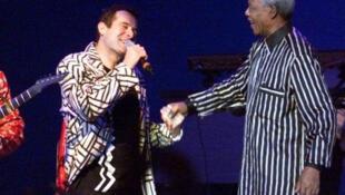 Nelson Mandela wakati wa tamasha la Johnny Clegg, Frankfurt mwaka 1997..