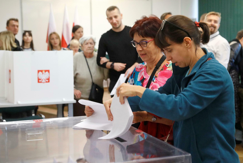 波蘭2019年立法選舉,執政黨連任有望 , 2019年10月13日星期天 Dans un bureau de vote de Varsovie ce dimanche 13 ocrobre 2019: le parti populaiste PiS est le favori de ces élections législatives.