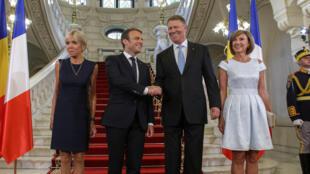Les président français et roumain avec leurs épouses le 24 août à Bucarest.