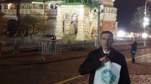 Посол Франции по правам человека Франсуа Крокетт с портретом Олега Сенцова на Красной площади