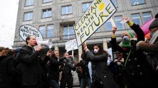 Des militants de Greenpeace lancent du charbon dans l'air, lors d'une manifestation devant le bâtiment du siège du ministère polonais de l'Economie, à Varsovie, le 18 novembre 2013.