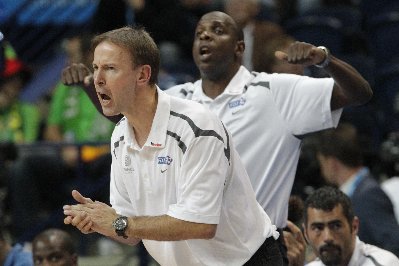 L'entraineur de l'équipe de France, Vincent Collet, encourage ses troupes contre la Turquie, mercredi 7 septembre 2011.