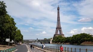 Gente caminando cerca de la Torre Eiffel, en París, el 9 de mayo de 2020