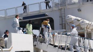 L'arrivée des réfugiés sur le navire de la Guardia Costa au port de Palerme. (Photo d'illustration)
