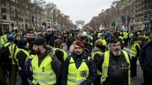 """Ao centro, de boina vermelha, o ex-soldado paraquedista Victor Lenta, um dos líderes da ultradireita francesa, durante protesto dos """"coletes amarelos"""" em Paris, em 5 de janeiro de 2019."""