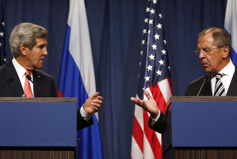 A Paris, John Kerry (g) et Sergueï Lavrov tenteront de trouver une issue diplomatique à la crise en Ukraine malgré leurs divergences.