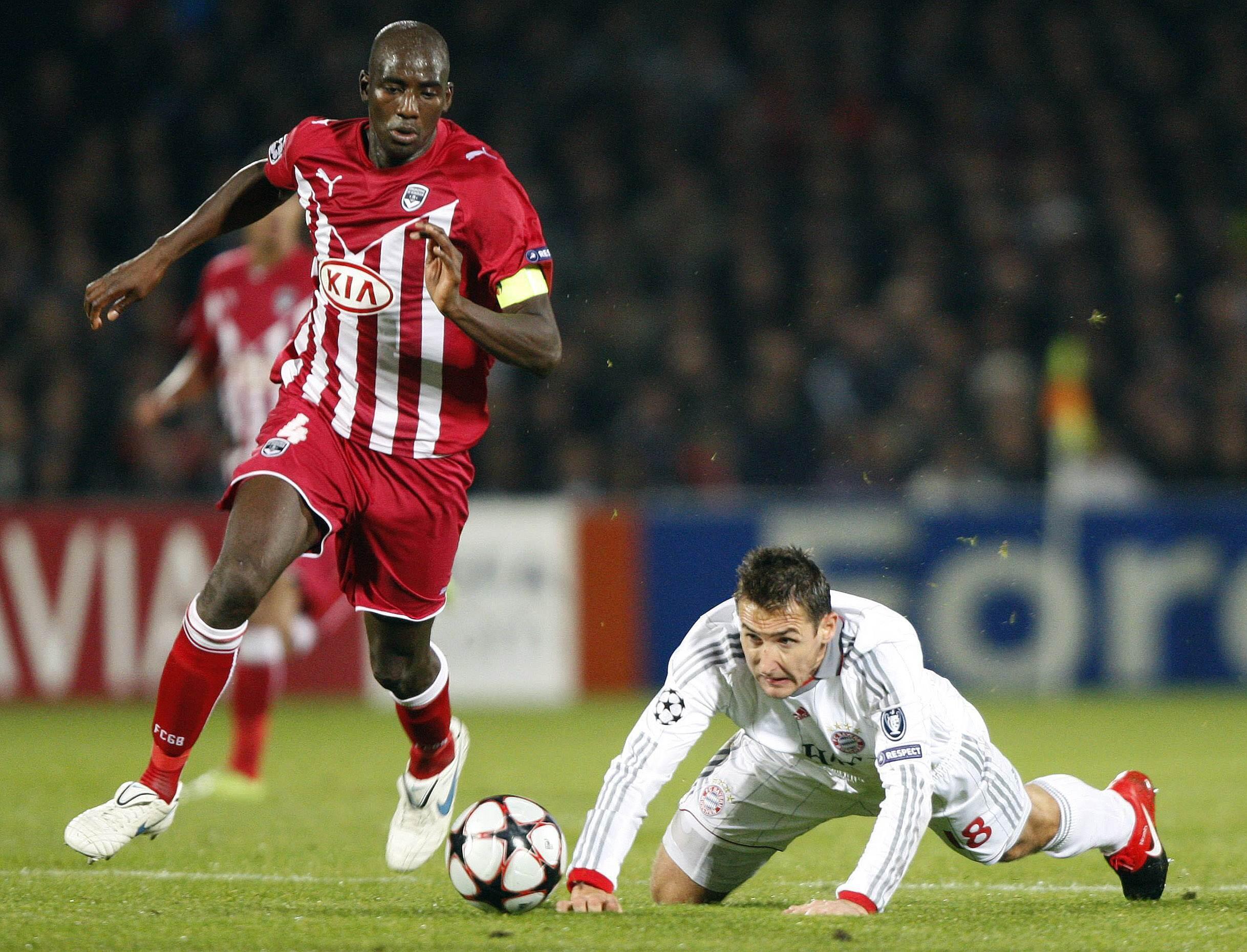 Le Bordelais Alou Diarra prend le meilleur sur le Bavarois Miroslav Klose.