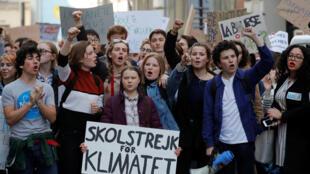 La jeune militante environnementale suédoise Greta Thunberg (c), en tête de la manifestation des jeunes pour le climat, le 22 février 2019, à Paris.