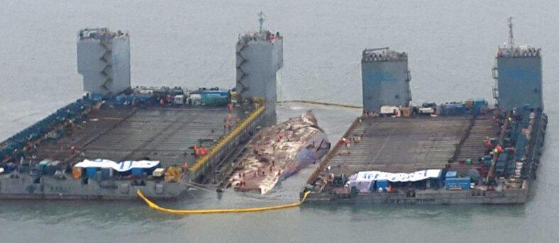Le ferry Sewol sort de l'eau, le 23 mars 2017.