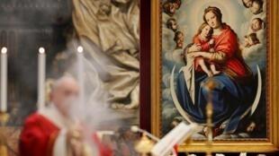 El papa en la misa de Pentecostés en la Basílica de San Pedro en Roma, el 31 de mayo de 2020.