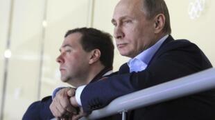 Дмитрий Медведев рядом с Владимиром Путиным на хоккейном матче в Сочи 16/02/2014