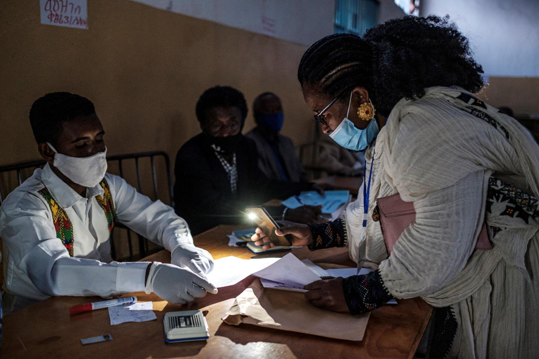 Des agents électoraux procèdent à la fermeture des bureaux de vote le jour des élections régionales du Tigré, le 9 septembre 2020 à Mekele