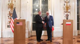 مایک پمپئو، وزیر امور خارجۀ آمریکا (سمت چپ) و همتای لهستانی او،  یاچک چاپوتوویچ (سمت راست) در یک کنفرانس مطبوعاتی مشترک در ورشو – ١٢ فوریه ٢٠١٩