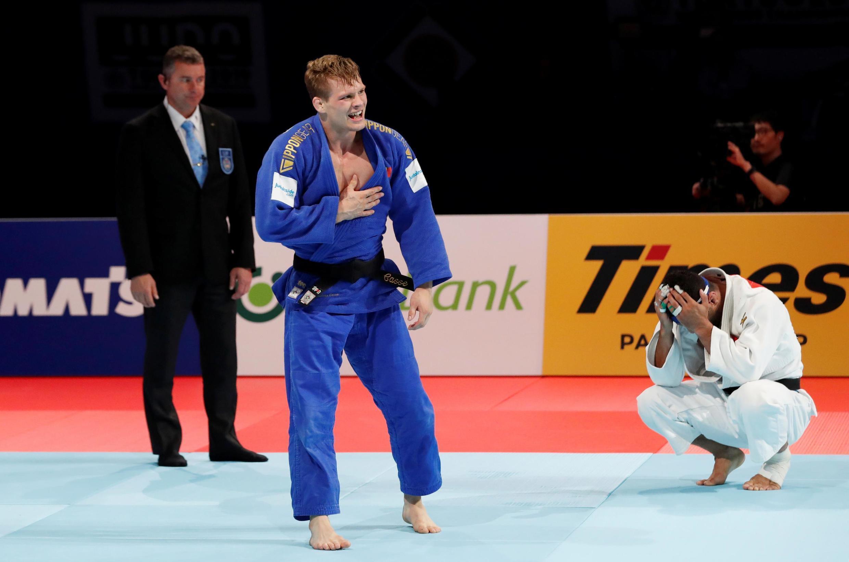 سعید ملایی (سمت راست) پس از شکست صوری مقابل ماتیاس کاسه از بلژیک در رقابتهای جهانی جودو در ژاپن