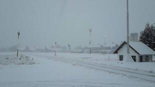 Imagem dz aviões imobilizados (ao fundo) no aeroporto de São Carlos de Bariloche no dia 14 de julho.