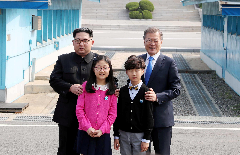 Tổng thống Hàn Quốc Moon Jae In (P) và lãnh đạo Bắc Triều Tiên Kim Jong Un trong cuộc gặp thượng đỉnh tại làng Bàn Môn Điếm ngày 27/04/2018.