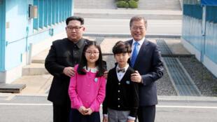 Tổng thống Hàn Quốc Moon Jae In (P) và lãnh đạo Bắc Triều Tiên Kim Jong Un trong cuộc gặp thượng đỉnh tại Bàn Môn Điếm ngày 27/04/2018.