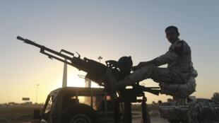 Un militaire libyen monté sur un véhicule armé, à un checkpoint du centre de Benghazi, le 4 décembre 2014.