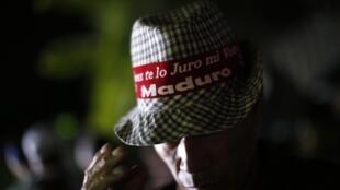 Un partisan de Nicolas Maduro devant le palais présidentiel de Miraflores à Caracas, le 20 mai 2018.